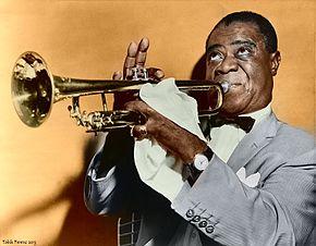 Louis Armstrong joue de la trompette