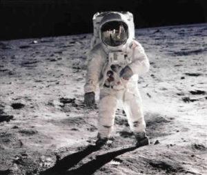 Les premiers pas de Neil Armstrong sur la Lune pendant la mission Apollo 11