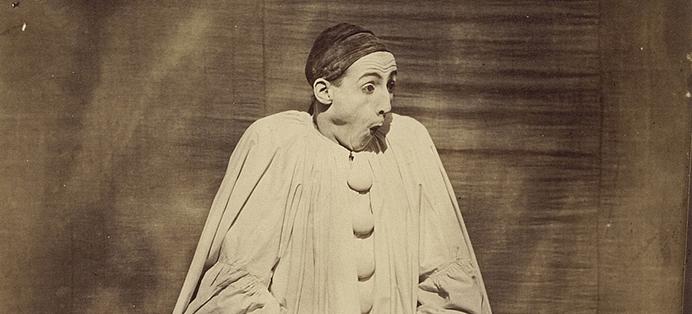 Une photo de Nadar représentant Pierrot. Il a l'air surpris